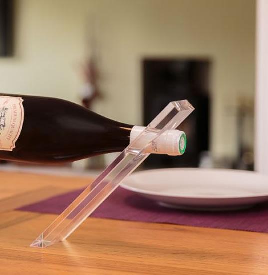 Stojánek na lahev popírající gravitaci